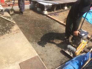 松伏町のお庭工事 天然枕木敷き及びレンガの目地詰め