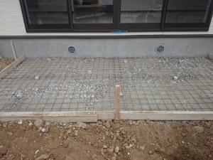 東松山市 テラスコンクリート打設、美里町人工芝完了、乱石並べ