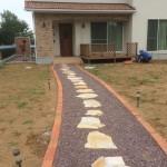 滑川町のお庭工事 着工、東松山市の外構造園工事 鉄平石乱張り 赤土の盛土